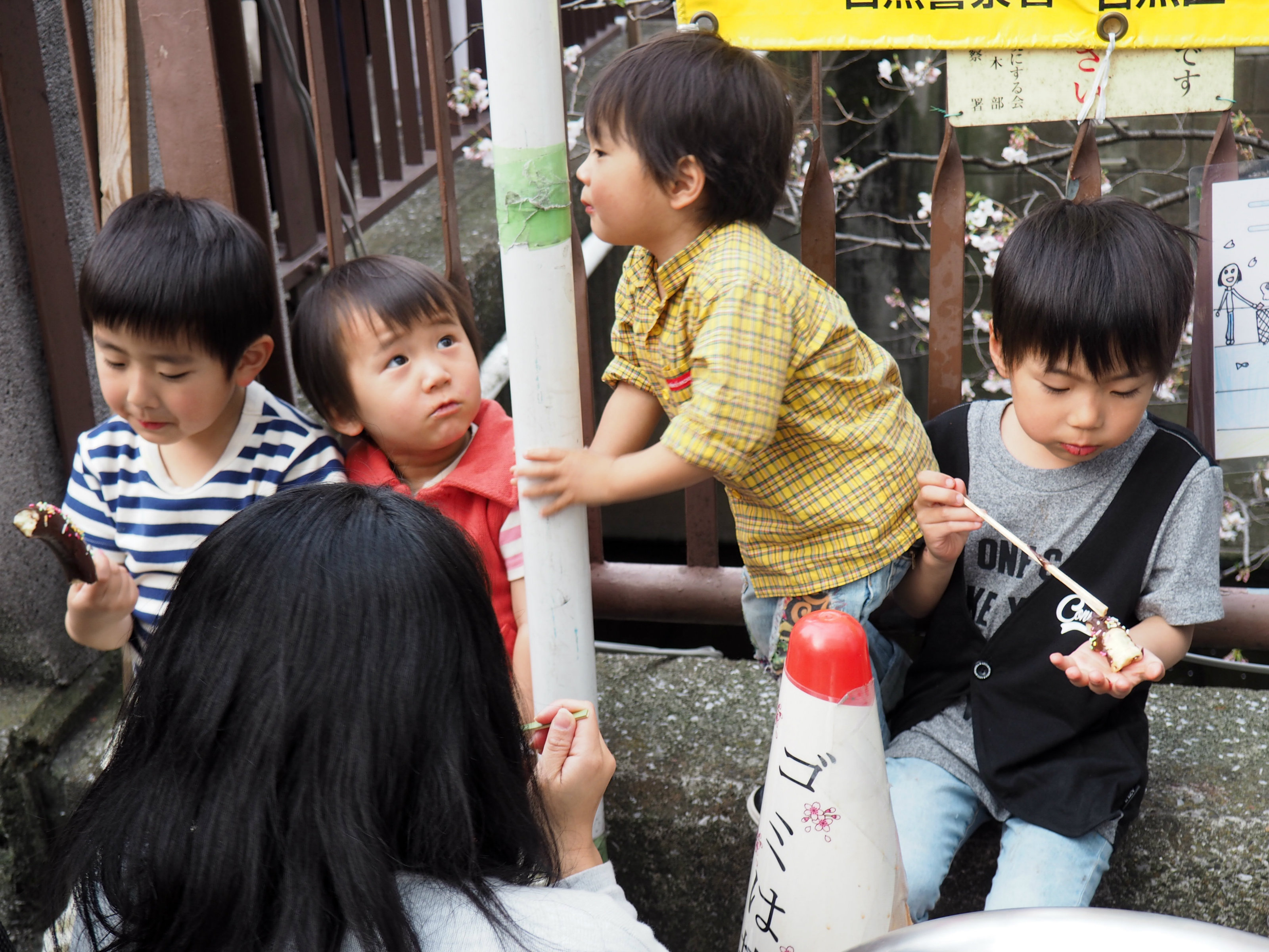 Auch die Kindern feiern mit.